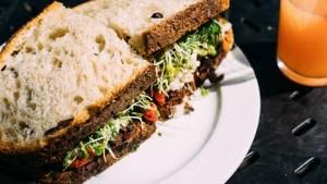 Glutenovergevoeligheid uit zich vaak na het eten van tarwebrood.